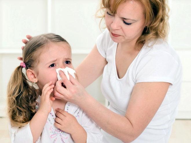 мама помогает дочке остановить кровь из носа