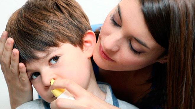 мама лечит сына